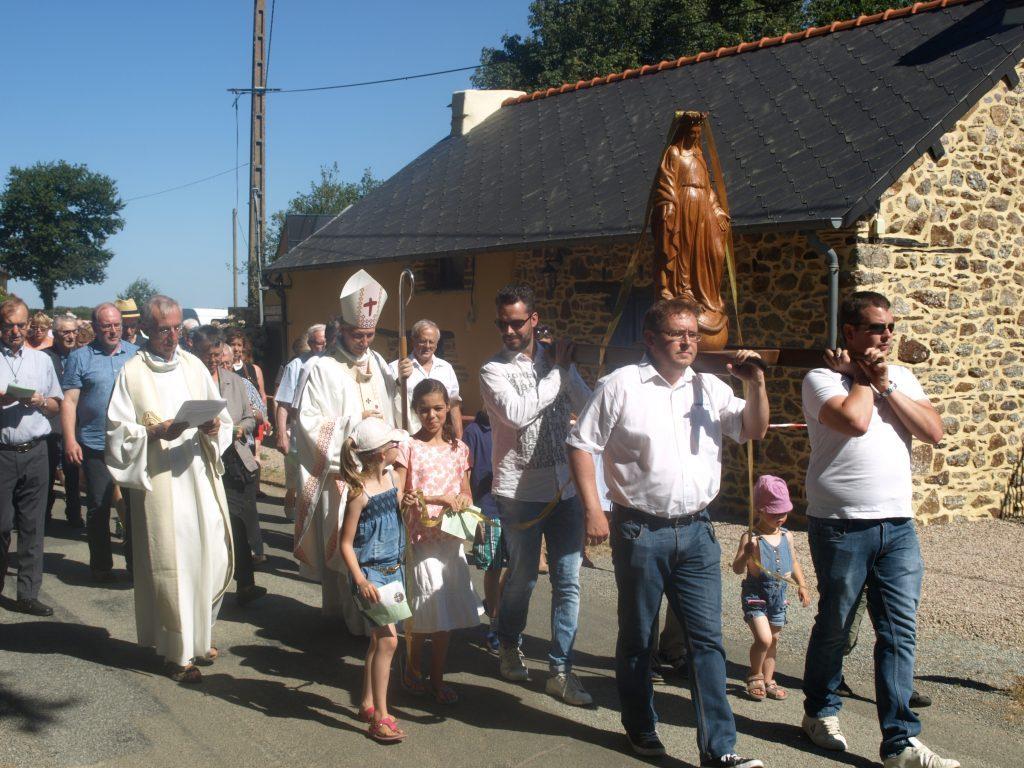 Plusieurs Frères ont porté la statue de la Vierge en procession.