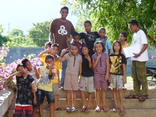 Contribuer au bonheur aux jeunes. Ici, Larantuka, Indonésie. F. Andreas, au centre. F. Frencky à droite